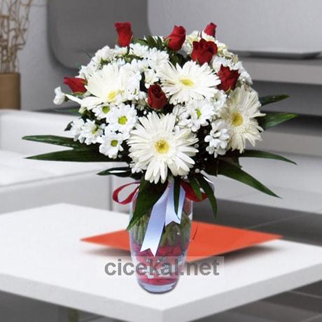 Vazoda Beyaz Gerbera ve Kırmızı Güller