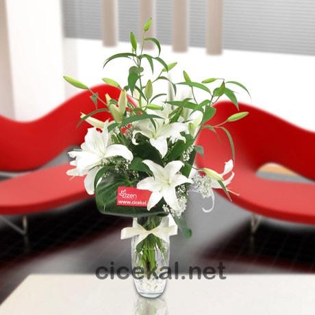 Vazoda Kokulu Beyaz Lilyumlar